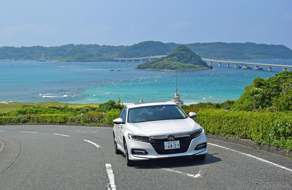 山口・角島にて。砂の色が白に近いため、海がエメラルド色に。《写真撮影 井元康一郎》