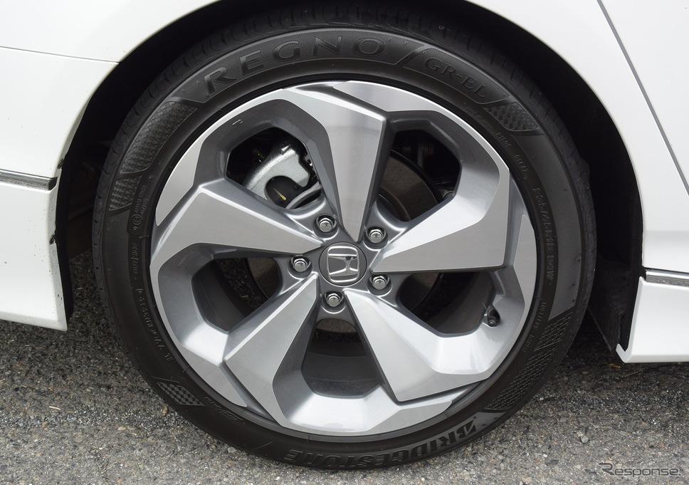 装着タイヤは235/45R18サイズのブリヂストン「REGNO GR-EL」。コンフォート性重視のタイヤだが、サイズがサイズだけにグリップ力は十分。《写真撮影 井元康一郎》