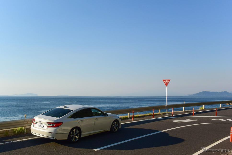 大隅の海沿いクルーズは気持ちが良い。好天のため、遠方に三島村の竹島、硫黄島がうっすらと見える。《写真撮影 井元康一郎》