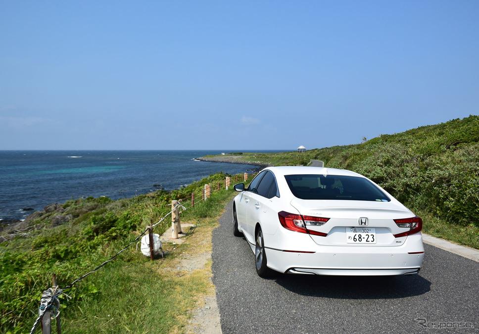 山口・角島の海辺にて。《写真撮影 井元康一郎》