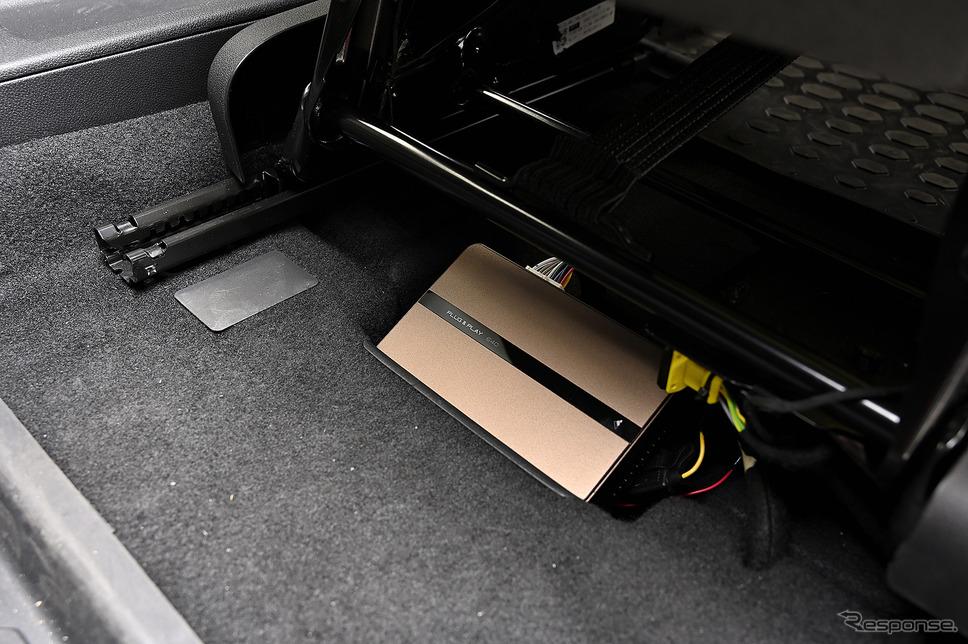 フロントシート下に車室内の音響をコントロールするDSPが装着されている《PHOTO:雪岡直樹》