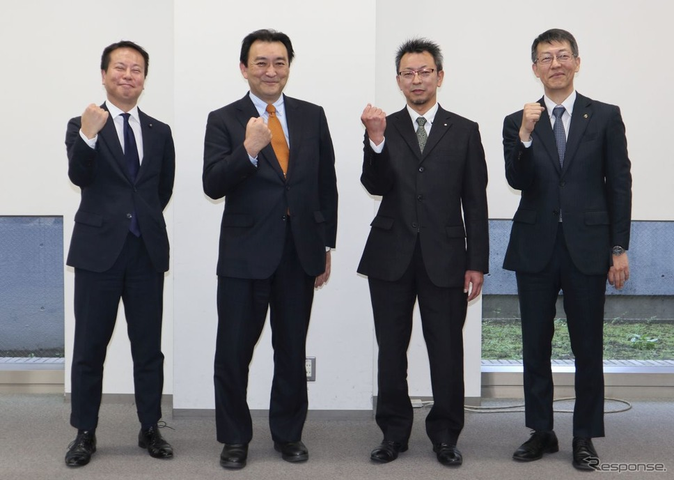 左からホンダ、カワサキ、スズキ、ヤマハの4社による交換式バッテリーの技術標準の合意≪撮影:中尾真二≫