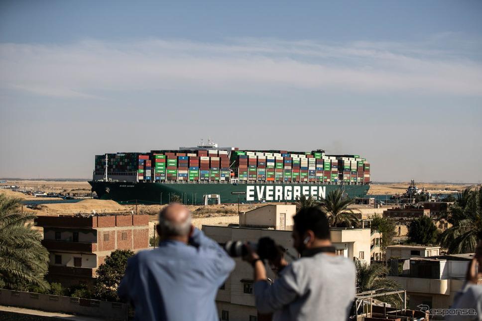 離礁したエヴァーギヴン(3月29日、スエズ運河)《Photo by Mahmoud Khaled/Getty Images News/ゲッティイメージズ》