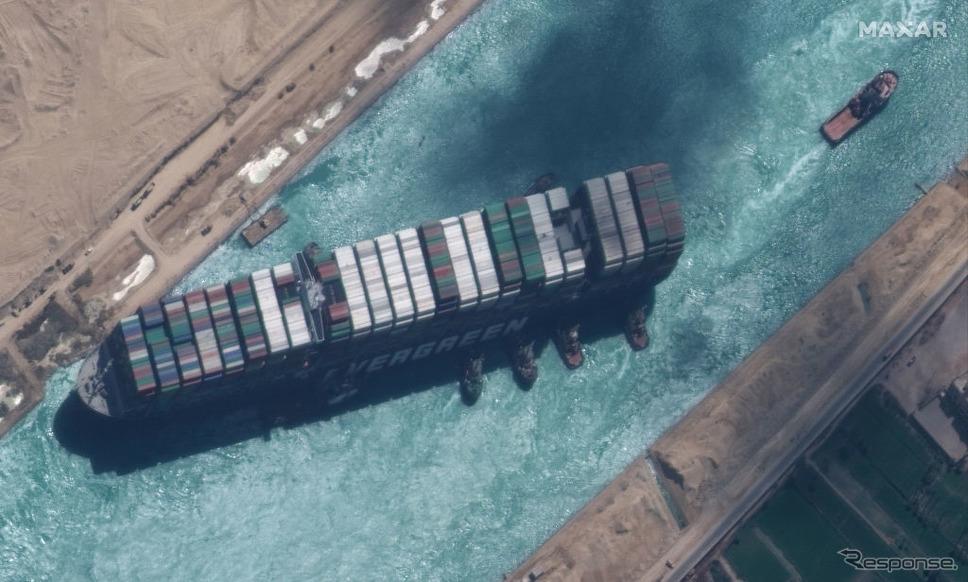 離礁したエヴァーギヴン(3月29日、スエズ運河)《Satellite image (c) 2020 Maxar Technologies/DigitalGlobe/ゲッティイメージズ》