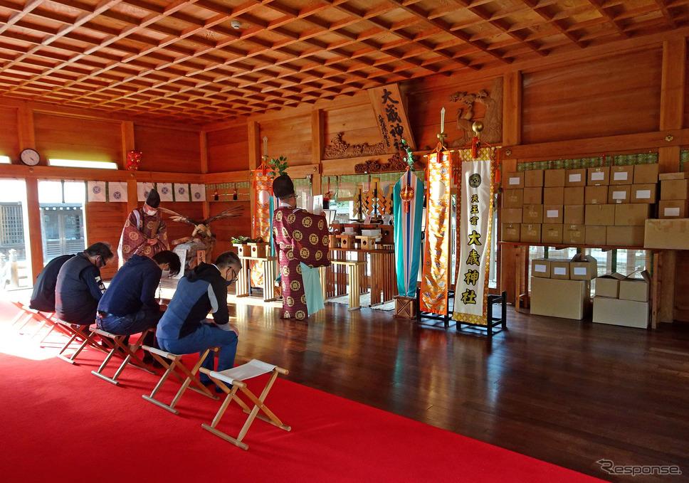 「バイク神社」大歳神社で返礼品のお祓いをしているプロジェクトメンバー。《写真提供 ヤマハ発動機》