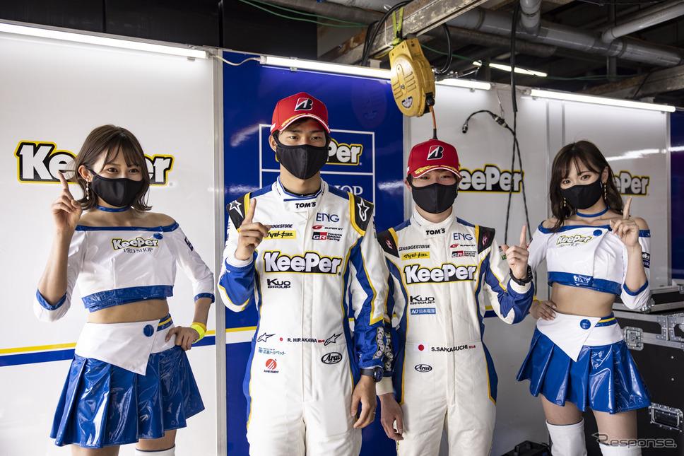 GT500クラスポールポジションを獲得した#37 KeePer TOM'S GR Supraの平川亮(中央左)と阪口晴南(中央右)《写真撮影 益田和久》
