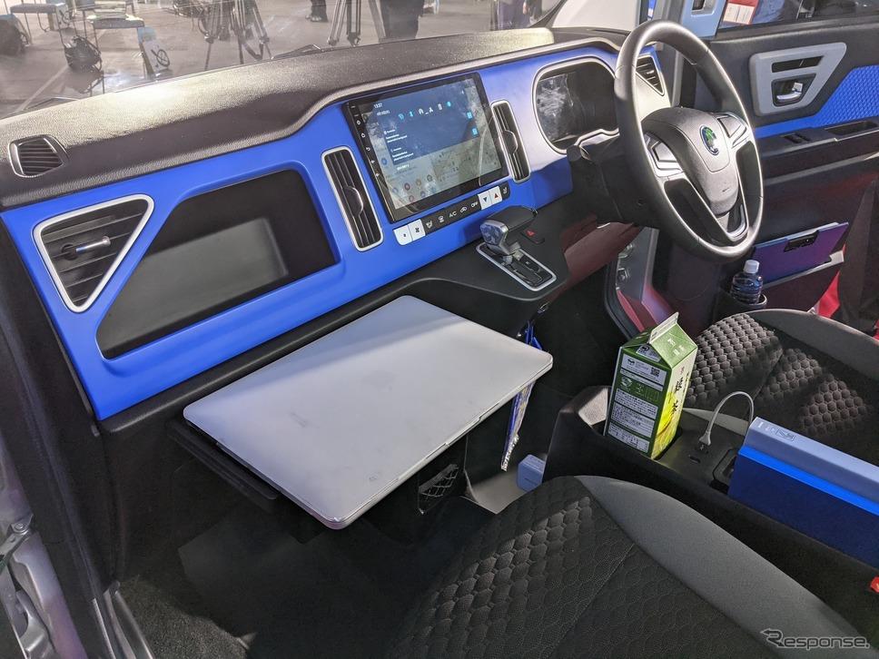 助手席周りは多彩な機能を備えたタブレットや引き出し式のプレート、収納力のあるセンターボックで作業効率を高めた