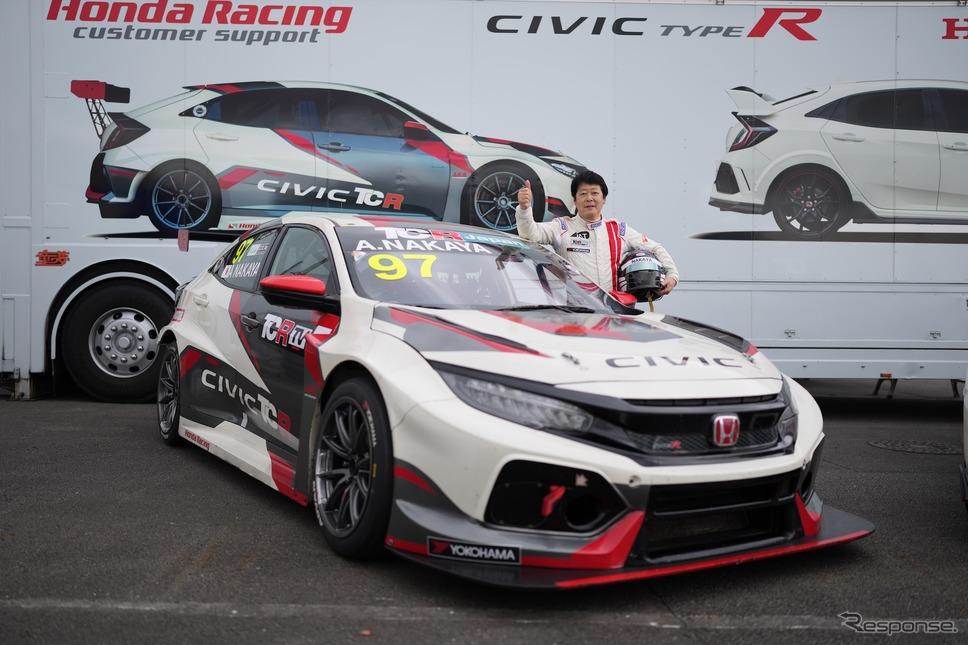 ホンダ シビック TCR と 中谷明彦選手《写真提供 TCR Japan》
