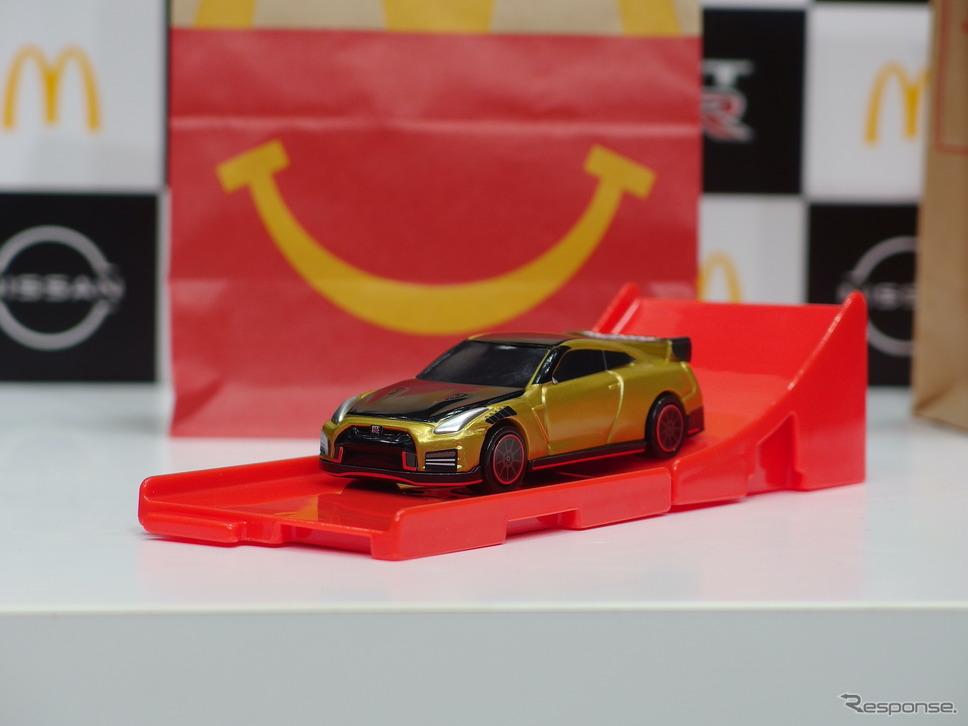 トミカハッピーセットのひみつのおもちゃ:日産GT-R NISMO 2022年ゴールド仕様《写真撮影 高木啓》