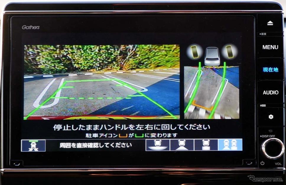 「後退駐車サポート」では、ガイド線が出た状態で、枠に収まるようにステアリングを回すと「コの字」で自車が正しい角度では入れているかが表示される