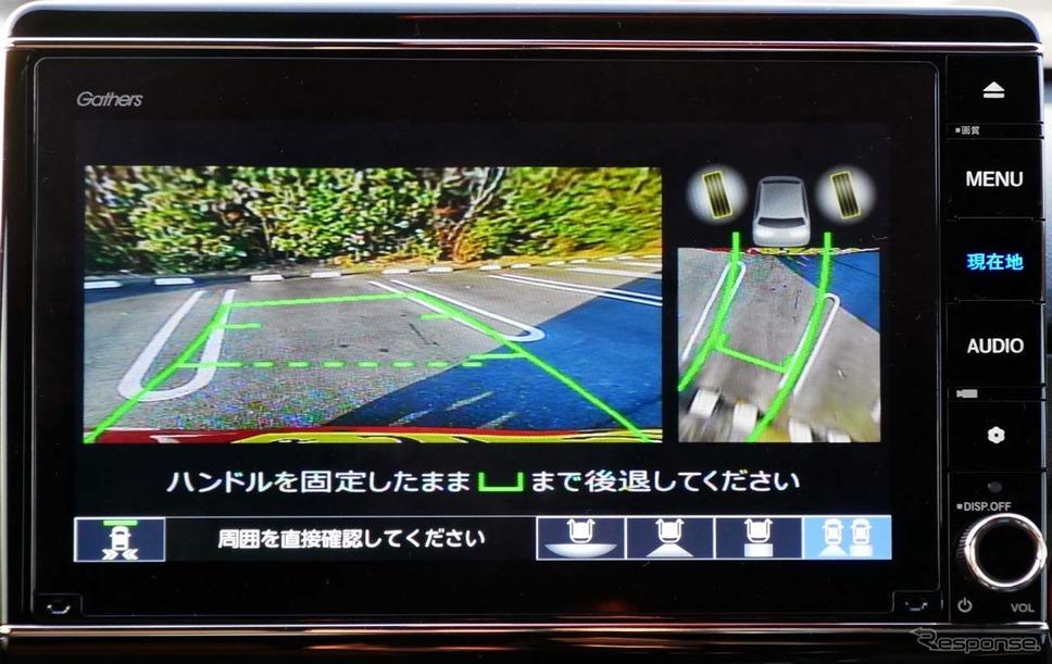 「後退駐車サポート」で、ガイド線に沿って自車位置が緑の「コの字」で表示されると正しい位置に進んでいることを示す