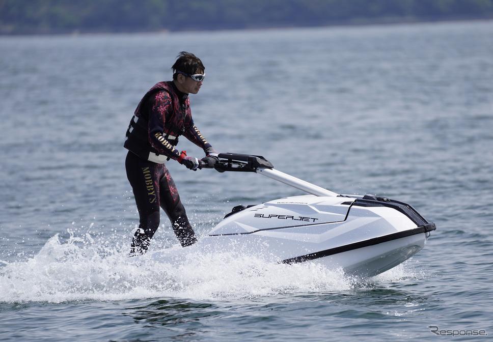 ヤマハの新型マリンジェット『SUPERJET(スーパージェット)』に試乗する青木タカオ氏《写真撮影 柳田由人》