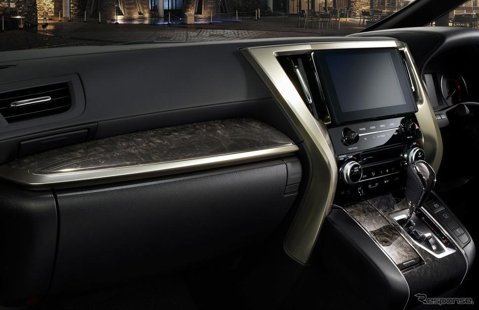トヨタ アルファード 特別仕様車 S タイプ ゴールドII インストルメントパネル(サンバーストゴールドウッド+ゴールドスパッタリング)&シフトノブ(サンバーストゴールドウッド)《写真提供 トヨタ自動車》
