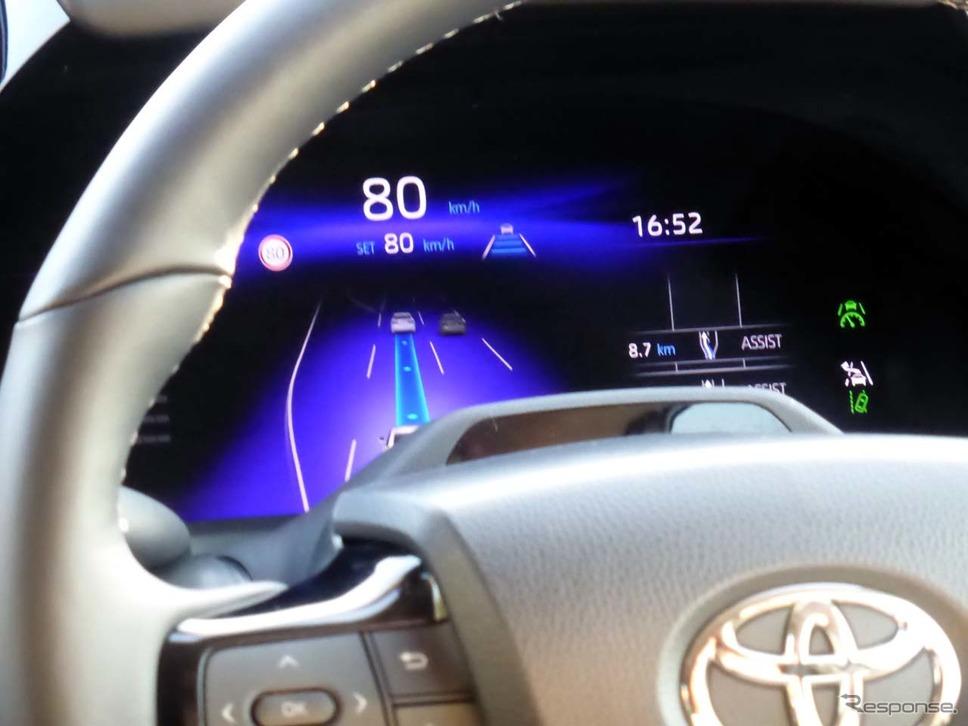 Advanced Driveでハンズオフ走行を可能とした状態。走行車線がブルーになっている