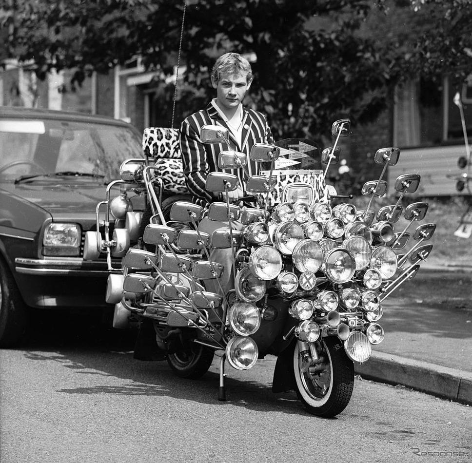 モッズスタイルのベスパ(1983年)《Photo by Mark Ewing/BIPs/Hulton Archive/ゲッティイメージズ》