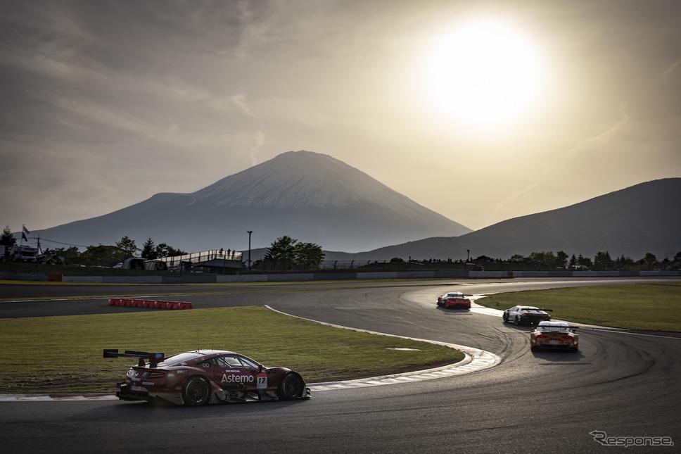富士山をバックに快走する#17 Astemo NSX-GT《撮影 益田和久》