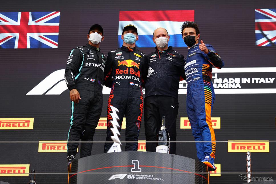 エミリア・ロマーニャGPで今季初優勝を飾ったフェルスタッペン(左から2人目)。《Photo (c)Red Bull Racing Honda》