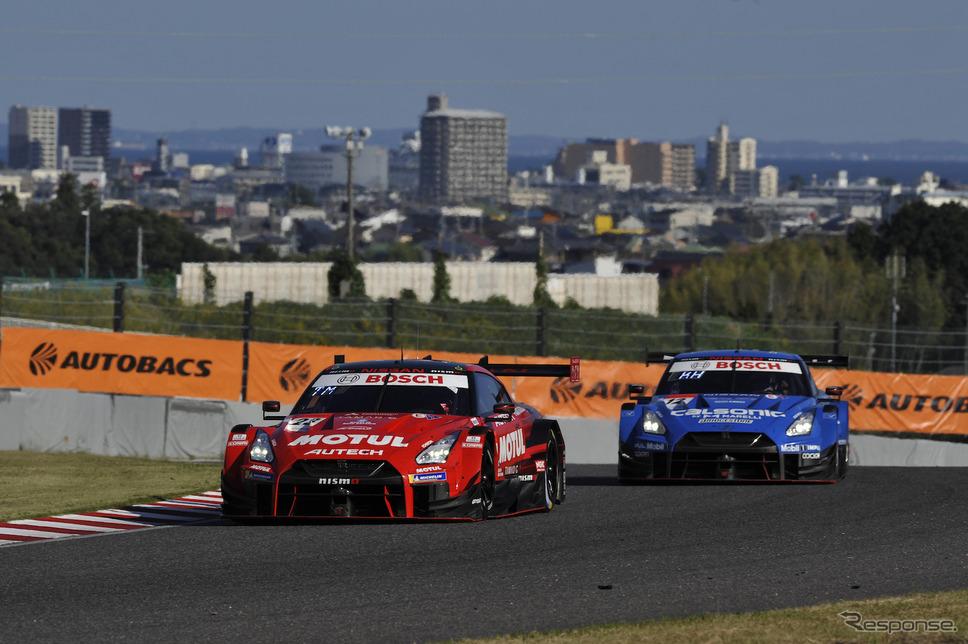 2020年第6戦で最後尾スタートから優勝したMOTUL AUTECH GT-R(左)《写真提供 モビリティランド》