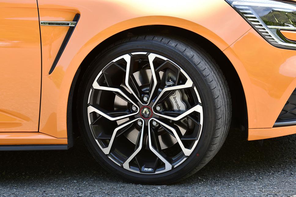 接地面とホイールまでのハイトが5センチに満たない35扁平のタイヤなので、硬さがそれなりに目立つ《写真撮影 中野英幸》