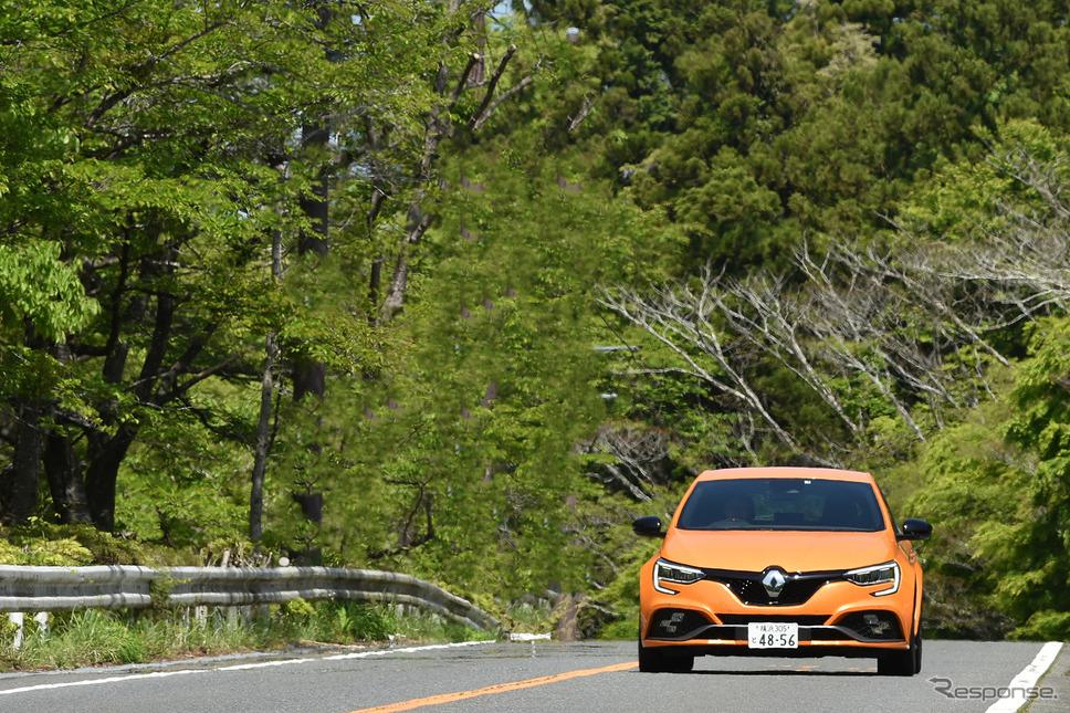 高速道路でも、わずか数秒で制限速度に到達してしまう。日本の公道では、一瞬の加速フィールを味わうのが限界だろう《写真撮影 中野英幸》