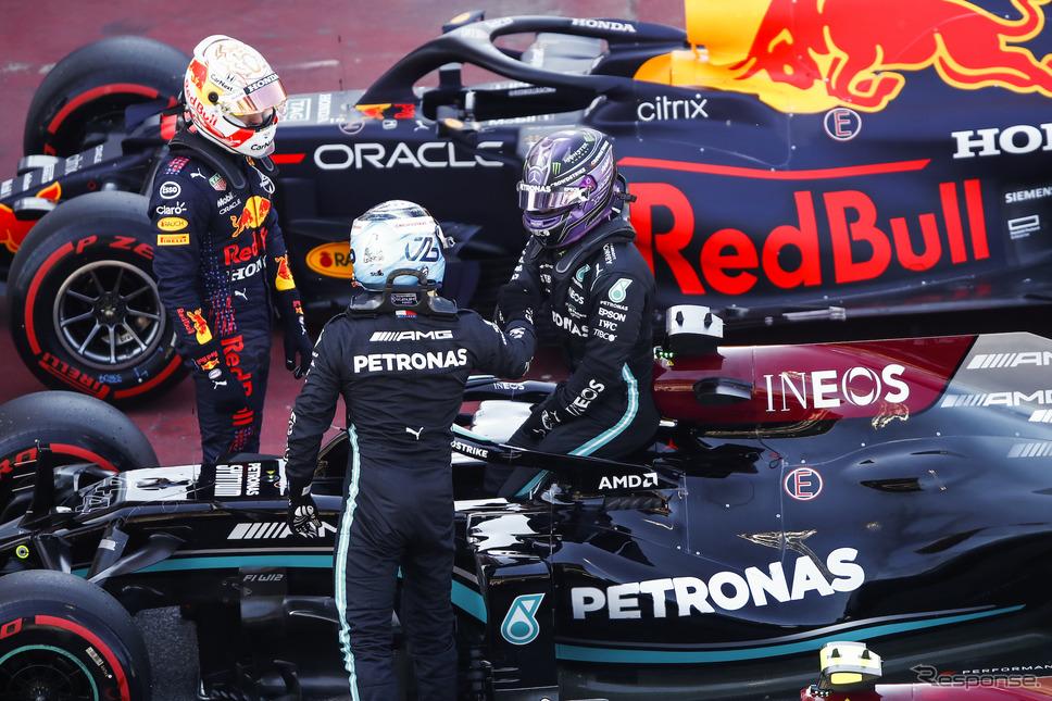 ハミルトン100回目のポールをM.フェルスタッペン(左)、V.ボッタス(背)が祝福。《Photo by Mercedes-AMG F1》