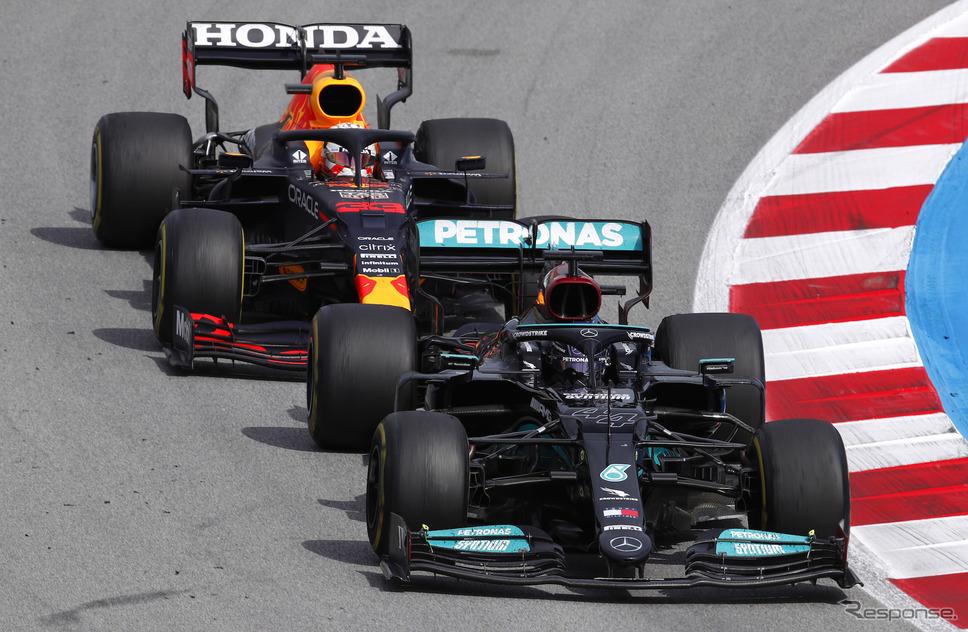 ハミルトン(前)はフェルスタッペン(後)との熱闘を制し、スペインGP優勝。F1通算98勝とした。《Photo by Mercedes-AMG F1》