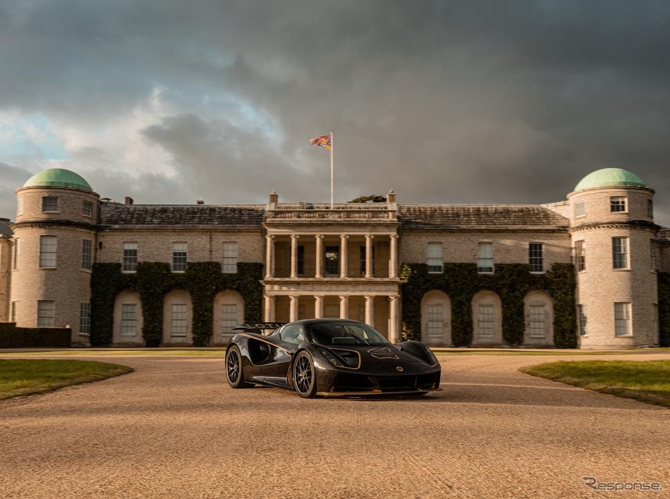 ロータスのEVハイパーカー『エヴァイヤ」。後方はグッドウッドハウス《photo by Lotus》