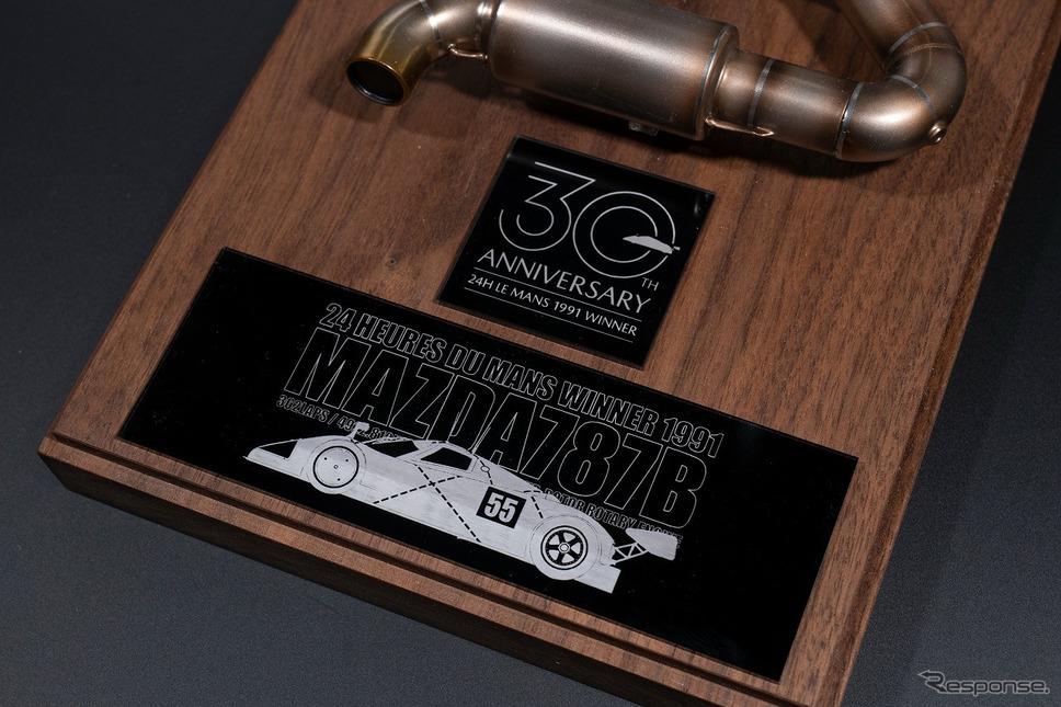 ルマン優勝30周年公式ロゴのプレート《写真提供 MZRacing》
