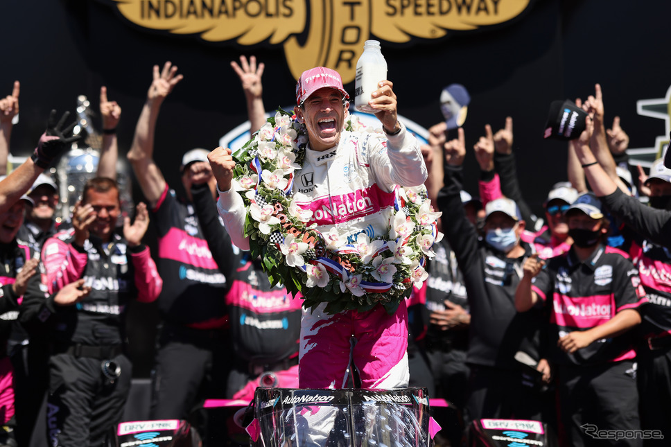 陣営とともに勝利を喜ぶエリオ・カストロネベス。《Photo by INDYCAR》