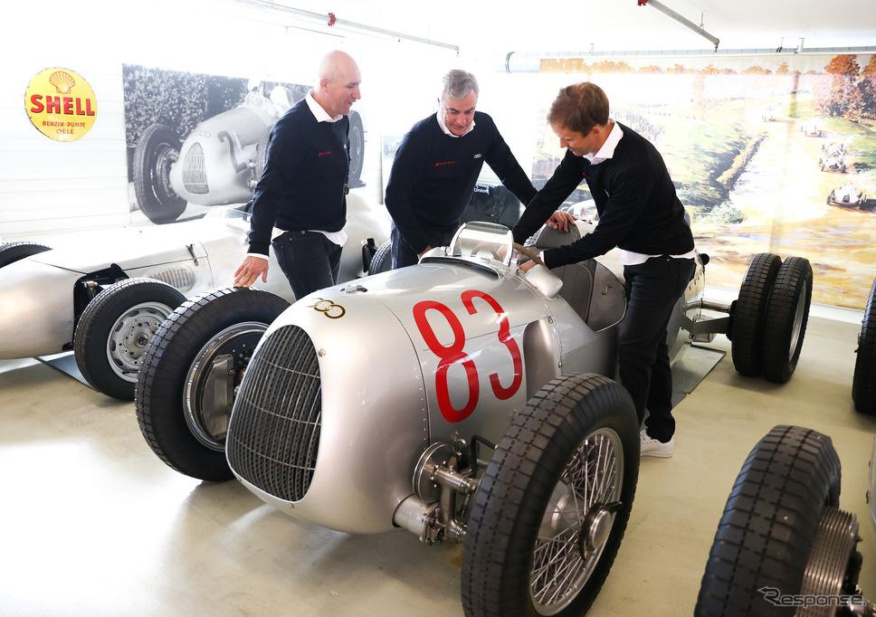 往年の名車に触れる選手たち。アウディは実に強力な布陣で2022年のダカールに臨むこととなった。《Photo by Audi》