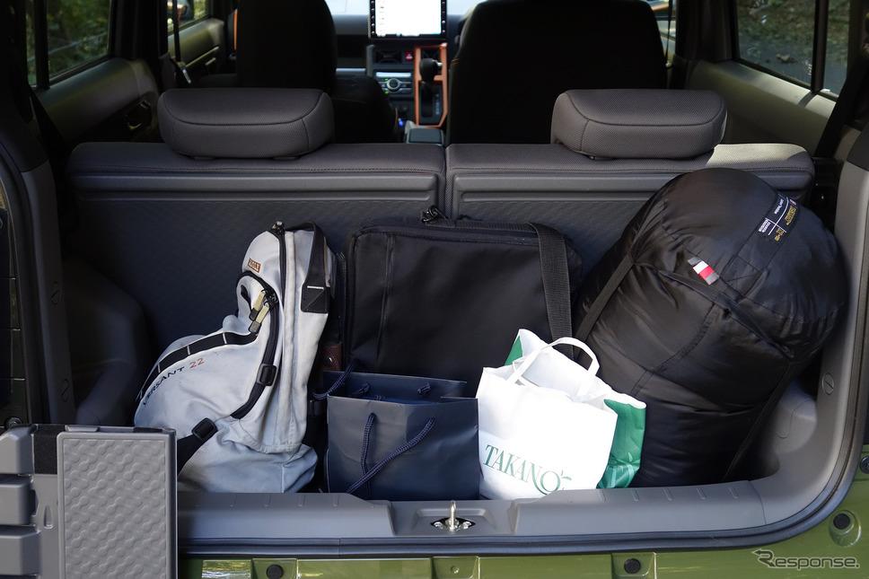 シートバックを倒さない状態だと荷室は狭い。後席スライド機構がないため、大荷物を積むときは分割式シートバックを倒す必要がある。《写真撮影 井元康一郎》