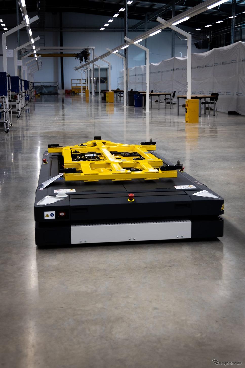 ロータスカーズの英国ヘセル工場の無人搬送車(AGV)《photo by Lotus Cars》