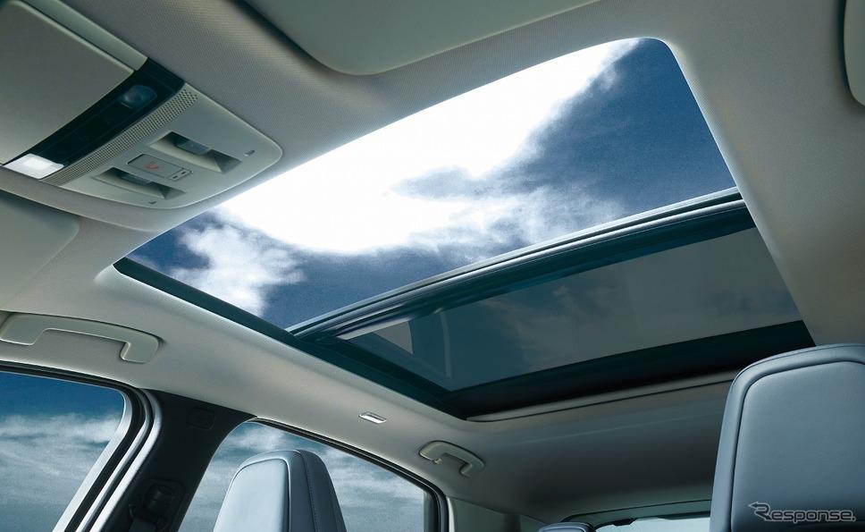 パノラミックガラスルーフ(電動チルト&スライド、電動格納式シェード付、リモート機能付)《写真提供 日産自動車》