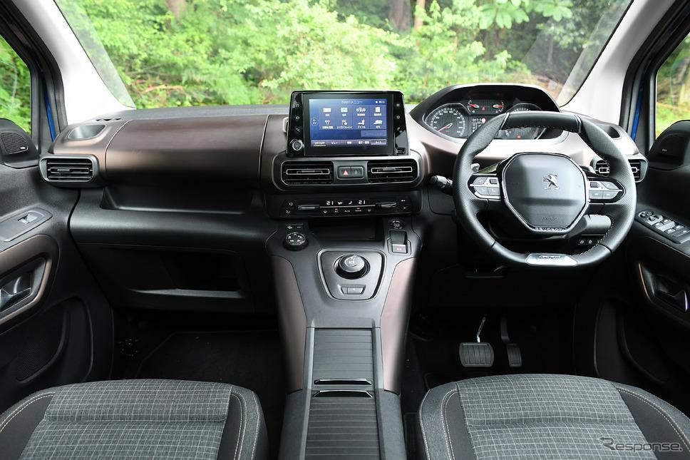 8インチナビモニタ(オプション25万4100円税込)は、センター最上段にレイアウト。i-Cockpitはハンドルとメーターの位置関係に視線の高さを合わせれば、違和感はなくなる。《写真撮影 中野英幸》