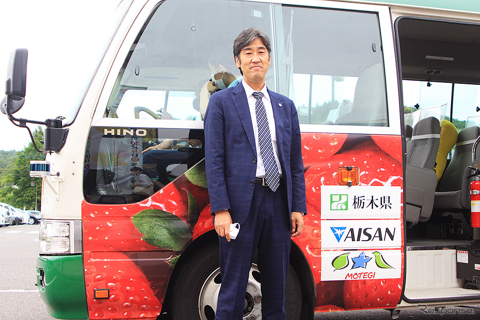 栃木県ABCプロジェクト「自動運転バスに乗ろう@茂木町」初日を見守るアイサンテクノロジー佐藤直人取締役《写真撮影 大野雅人》