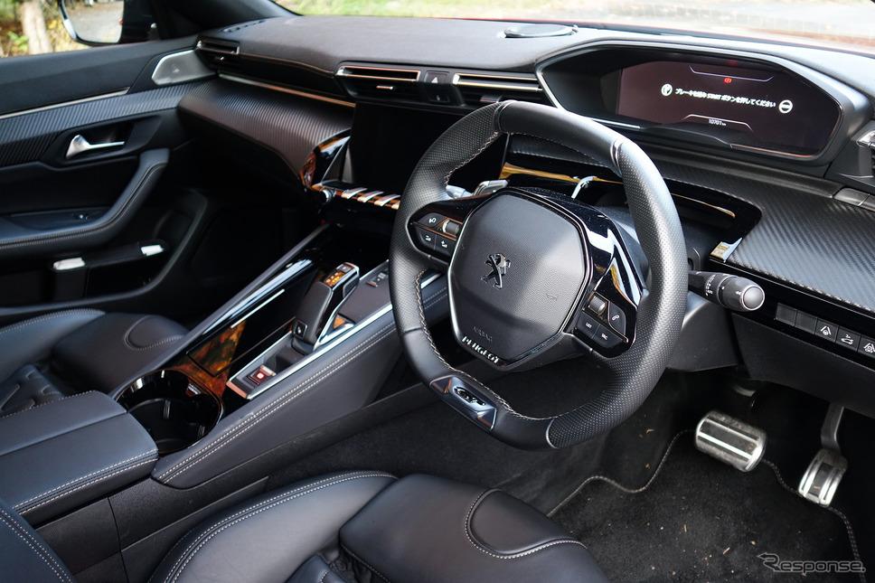 運転席のコクピット感の強さは通常のDセグメントサルーンと一線を画するものだった。《写真撮影 井元康一郎》