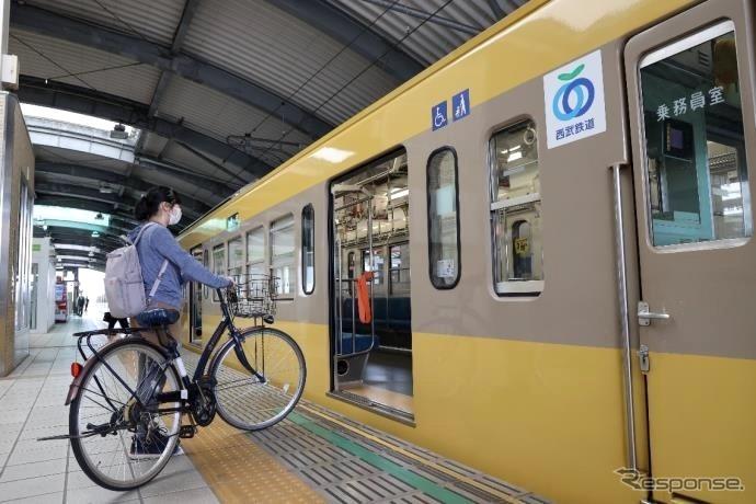 乗車時のイメージ。駅ではスロープやエレベーターを利用して乗り込む。《写真提供 西武鉄道》