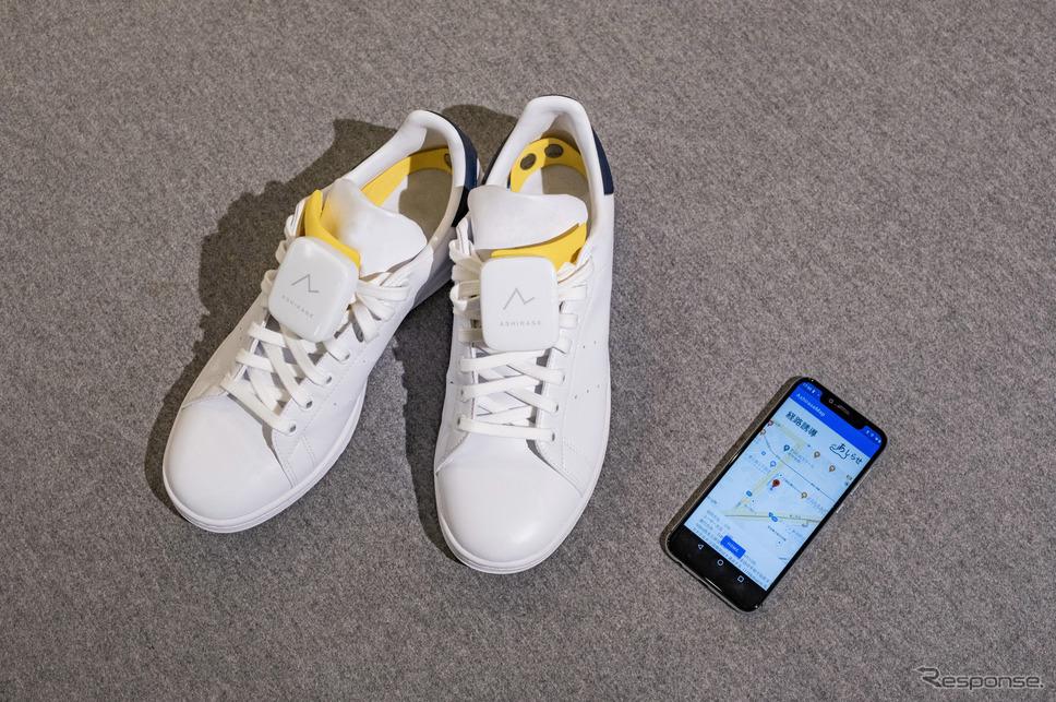靴に装着した「あしらせ」とスマートフォンアプリ。《写真提供 本田技研工業株式会社》