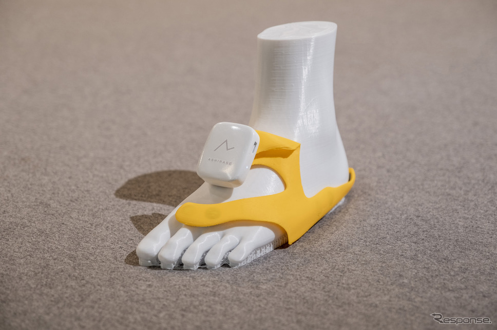 「あしらせ」のデバイス。黄色の部分は靴の中に取り付ける立体型のモーションセンサー付き振動デバイスになっている。《写真提供 本田技研工業株式会社》