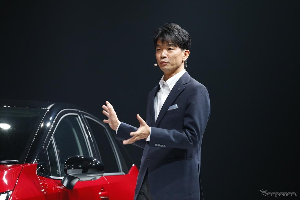 ノートオーラと商品企画責任者の藤沢直樹氏《写真提供 日産自動車》