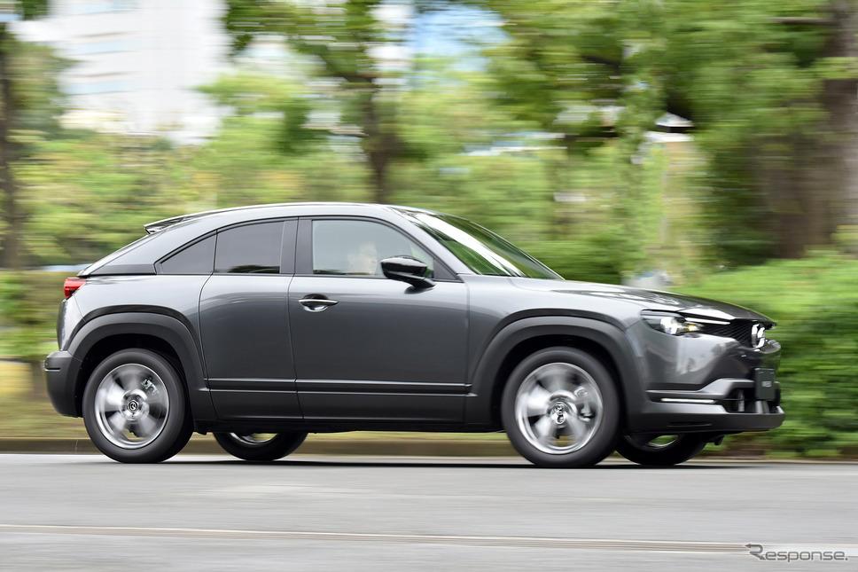 EVは2022年から25年に3車種投入。写真はマツダ初の量産EV『MX-30』《写真撮影 中野英幸》