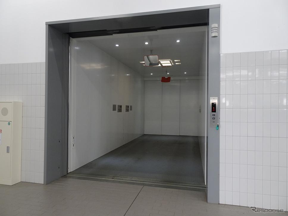 重量が重くなるEVにも対応したMAX重量3000kgまで可能なエレベーターは2機完備?写真撮影 保知明美?