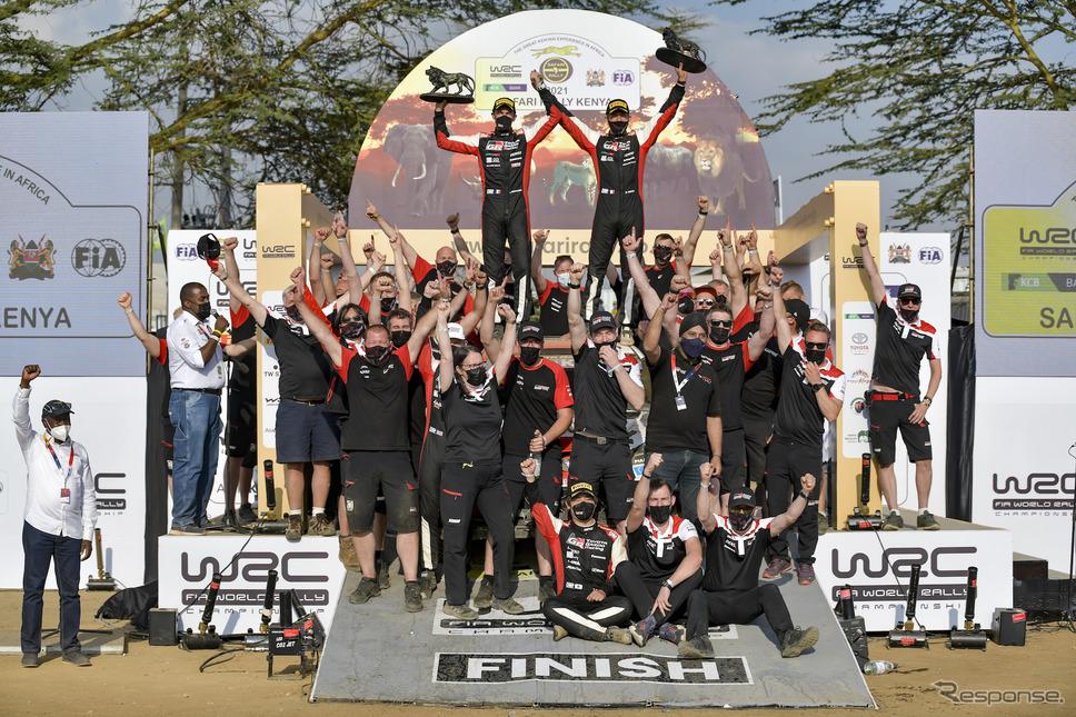 セバスチャン・オジェの勝利を喜ぶトヨタ陣営(中央後方、右がオジェ。左はコ・ドライバーのJ.イングラシア)。最前列には2位となった勝田貴元の姿も見える。《Photo by TOYOTA》