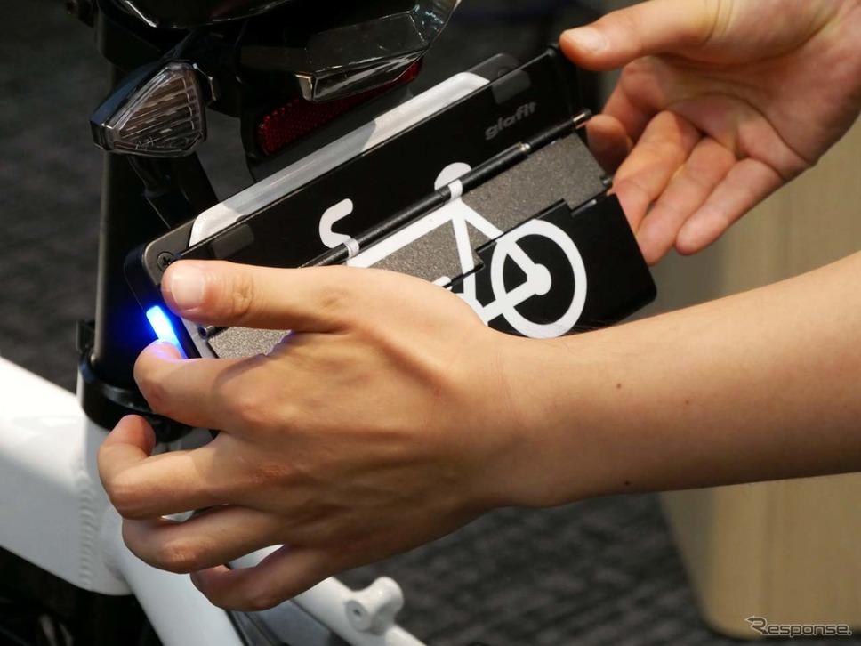 左ボタンを押しながら、下からアームをカチッと音がするまで持ち上げる。これで自転車モードに切り替わる