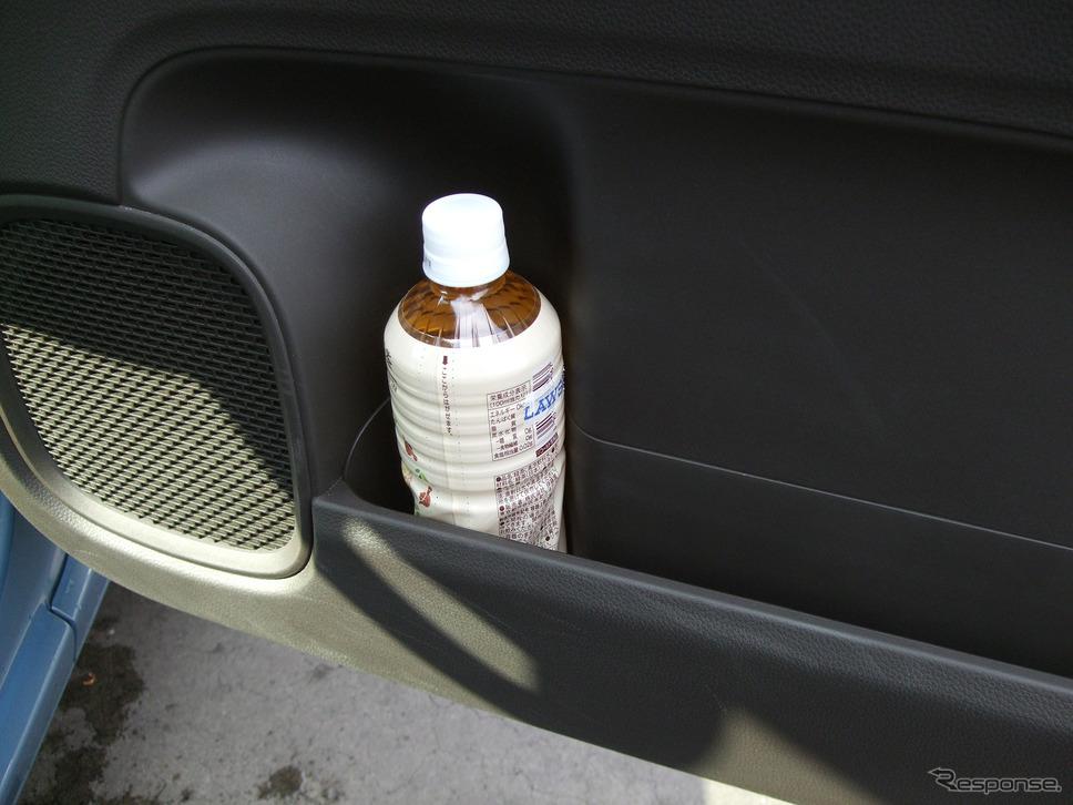 ドアポケットのペットボトル置き場。軽のドアの厚みでペットボトルが引っかかったりせずスポッと置けるスペースを作ったのはすごい。《写真撮影 井元康一郎》