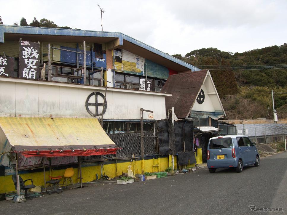 鹿児島・隼人の海沿いにあるドライブイン、戦史館。かつて鹿児島市の繁華街で軍国酒場という名物酒場を営んでいた老夫婦が経営しているのだが、最近はクローズが続いている。《写真撮影 井元康一郎》