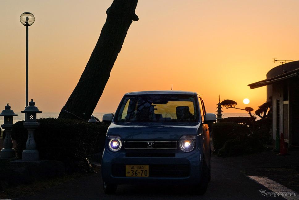 東シナ海に沈む夕日をバックに記念撮影。《写真撮影 井元康一郎》