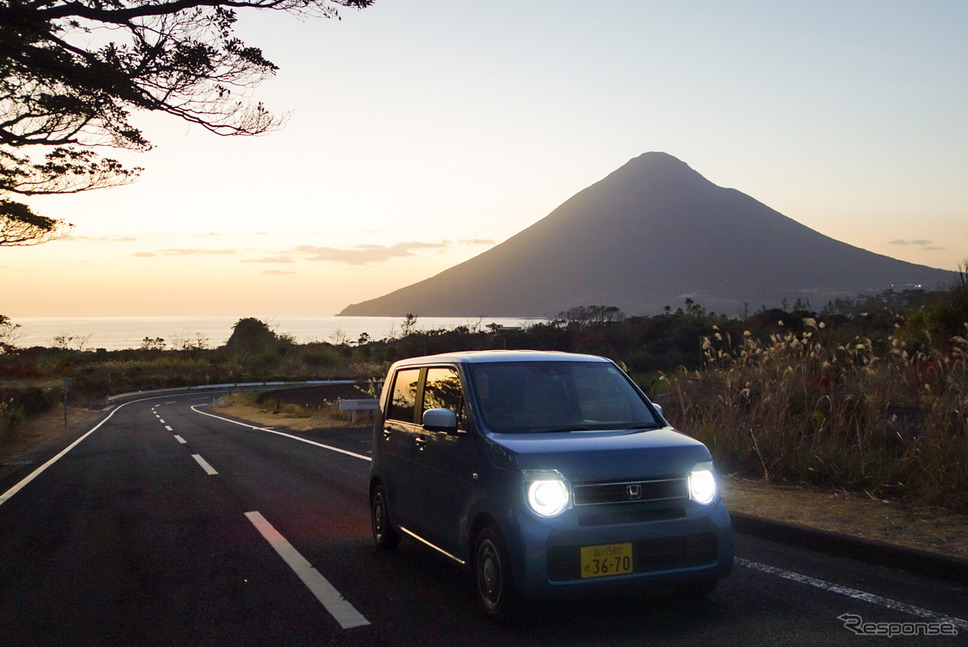 夕暮れの薩摩半島南端付近にて記念撮影。バックの山は開聞岳。《写真撮影 井元康一郎》