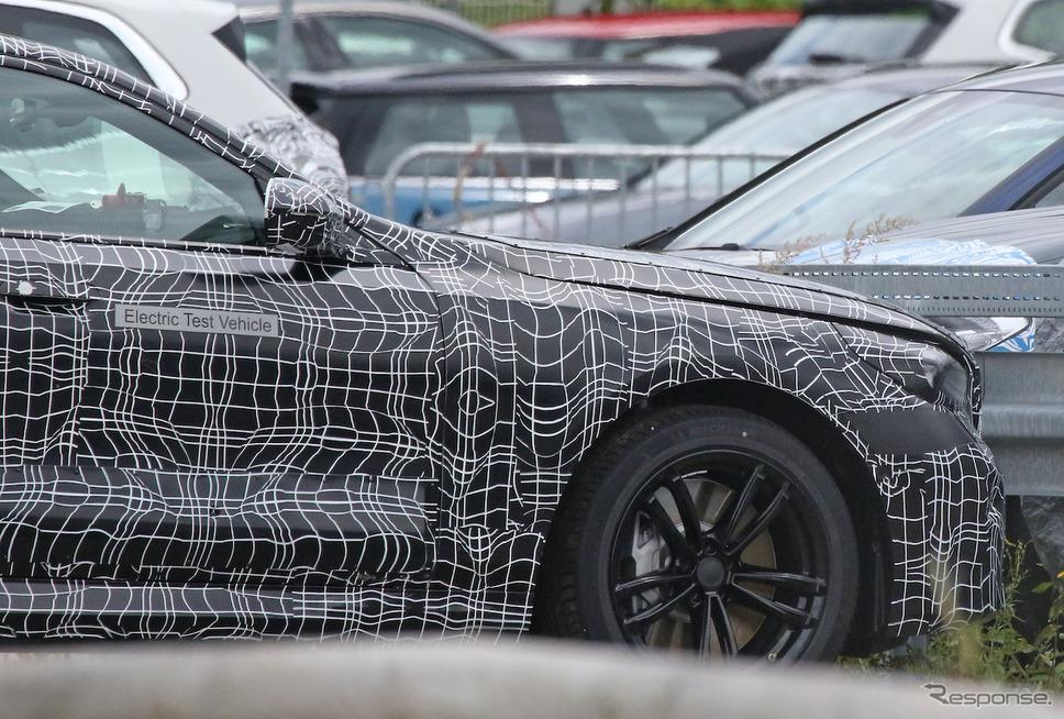 BMW 5シリーズ 次期型プロトタイプ。ボディサイドには「エレクトリックテスト車(EV)」の文字が(スクープ写真)《APOLLO NEWS SERVICE》