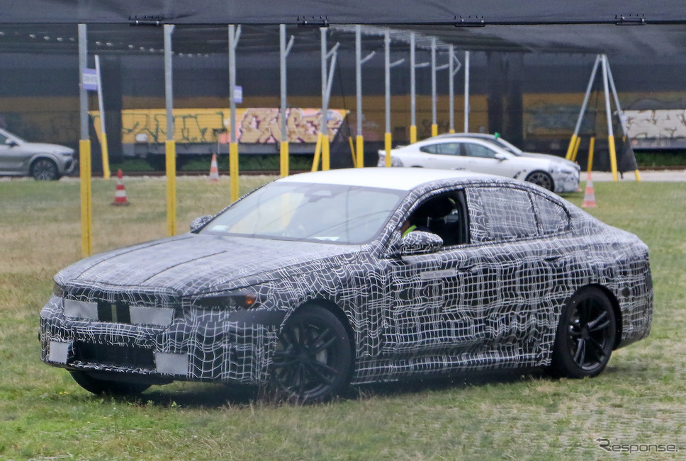 BMW 5シリーズ 次期型プロトタイプ。ボディサイドには「ハイブリッドテスト車」の文字が(スクープ写真)《APOLLO NEWS SERVICE》